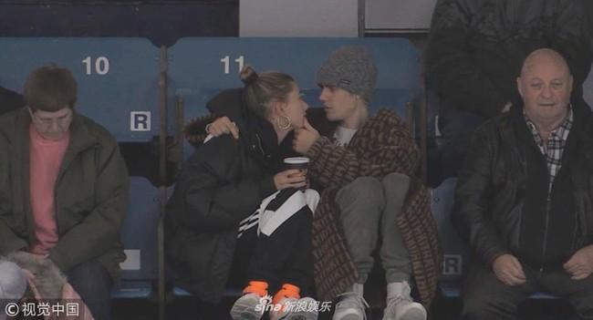 Justin Bieber đi xem khúc côn cầu mà không thể rời mắt khỏi Hailey Bladwin - Ảnh 1.