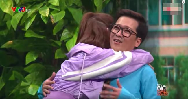 Không chỉ hôn tay, Trường Giang còn ôm ấp tình cảm với Thúy Ngân  - Ảnh 5.