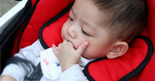 Đến độ tuổi này mà trẻ vẫn mút ngón tay, cẩn thận thành tật khó bỏ, ảnh hưởng đến sự phát triển - Ảnh 1.