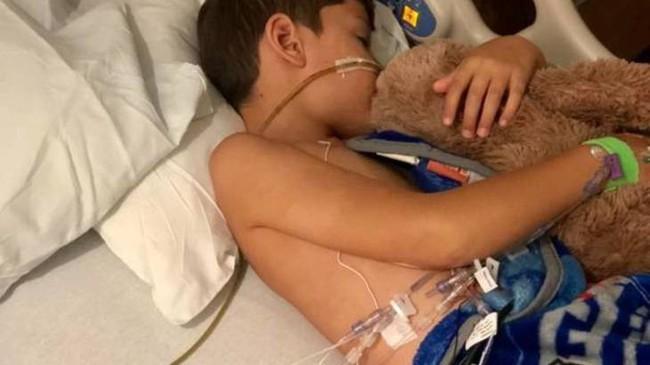 Đồ chơi nhiều trẻ thích đã khiến bé 6 tuổi phải 3 lần phẫu thuật để đưa toàn bộ nội tạng ra ngoài làm sạch - Ảnh 1.