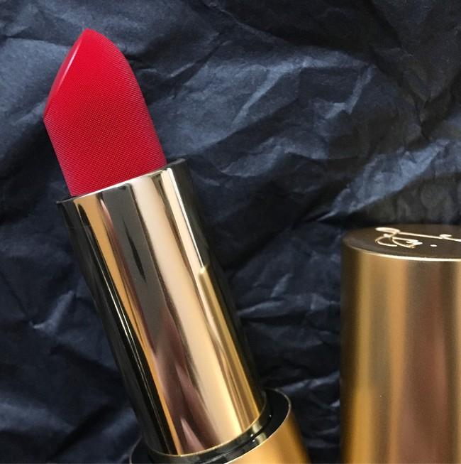 Cây son đỏ như được phủ vải nhung ảo diệu, lên màu đẹp không tưởng khiến nàng nào cũng xốn xang - Ảnh 3.