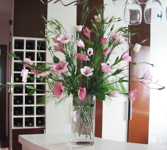 Mẹ đảm Hà Thành chia sẻ bí quyết cắm bình hoa kiểu rẻ quạt hoặc quả cầu không dùng xốp vẫn đẹp  - Ảnh 2.