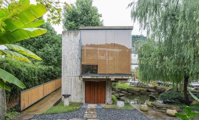 Căn nhà 2 tầng thô mộc theo phong cách Nhật Bản với lớp tường kính kết nối thiên nhiên, ẩn chứa vạn điều bất ngờ khiến nhiều người thích thú - Ảnh 3.