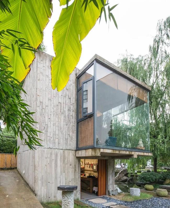 Căn nhà 2 tầng thô mộc theo phong cách Nhật Bản với lớp tường kính kết nối thiên nhiên, ẩn chứa vạn điều bất ngờ khiến nhiều người thích thú - Ảnh 1.