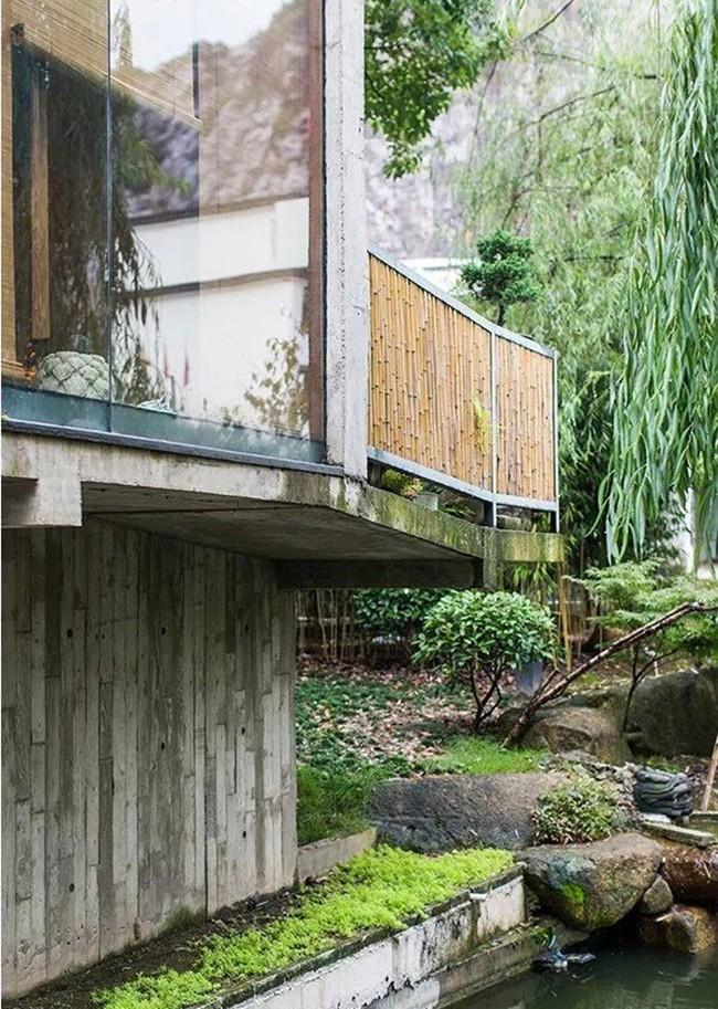 Căn nhà 2 tầng thô mộc theo phong cách Nhật Bản với lớp tường kính kết nối thiên nhiên, ẩn chứa vạn điều bất ngờ khiến nhiều người thích thú - Ảnh 7.