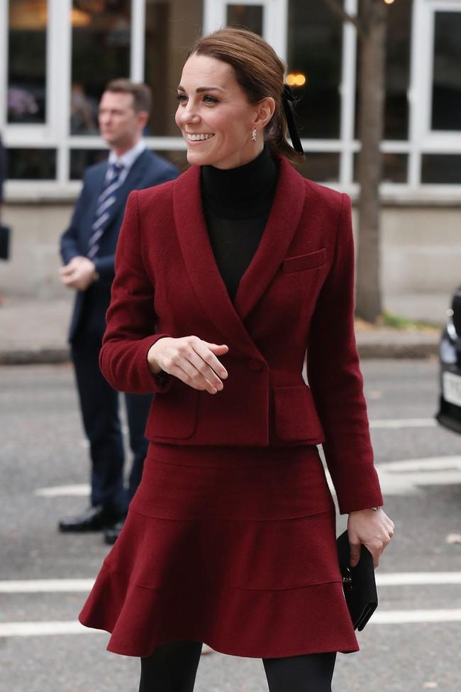 Sửa đồ đỉnh cao như Công nương Kate: biến đồ hiệu sexy thành đạt chuẩn Hoàng gia, có bộ sửa xong còn đẹp hơn bản gốc - Ảnh 1.