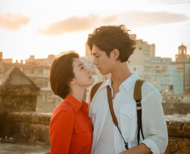 """Phim vừa chiếu, Song Hye Kyo đã """"bị"""" soi ngay style đơn giản mà mang giày 7 triệu, túi 80 triệu đồng - Ảnh 1."""