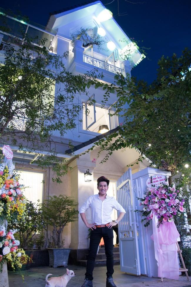 Ngắm căn biệt thự gần 20 tỷ với lễ mừng tân gia hoành tráng của ca sĩ Quang Hà ở Hà Nội - Ảnh 2.