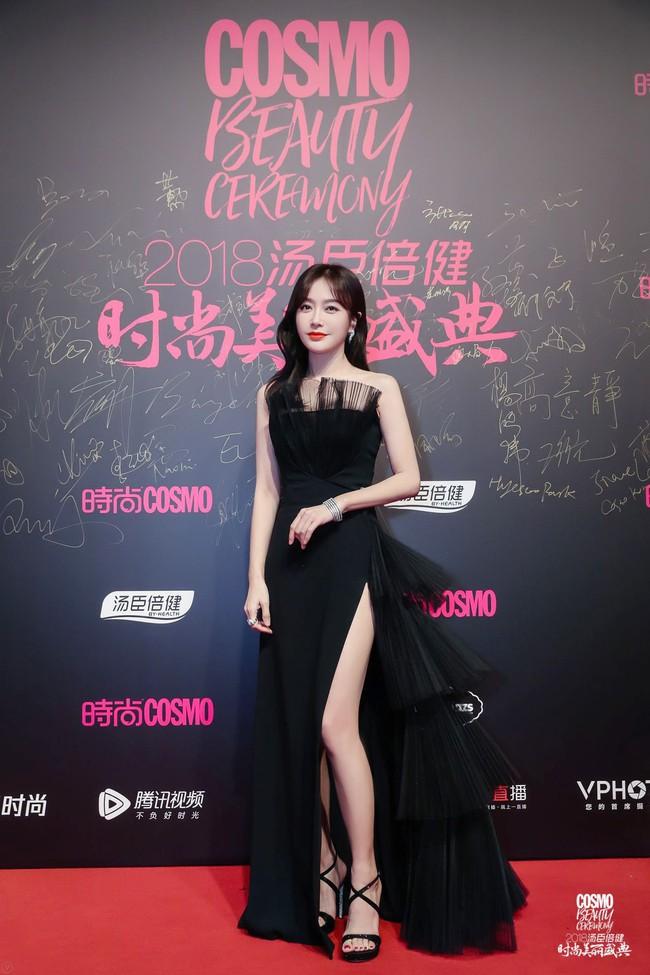 """Khi xưa toàn khâu trang phục cho bớt sexy, giờ Tần Lam chẳng ngại """"xé váy"""" khoe chân nuột nà - Ảnh 1."""