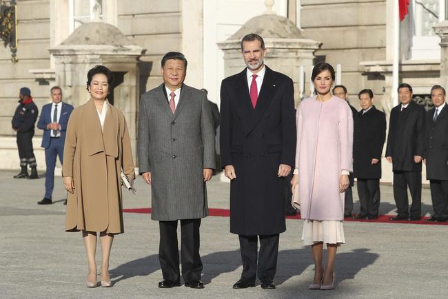 Hoàng hậu Tây Ban Nha mặc váy của ASOS đón tiếp vợ chồng Chủ tịch Trung Quốc mà trông vẫn đẹp và sang vô cùng - Ảnh 1.