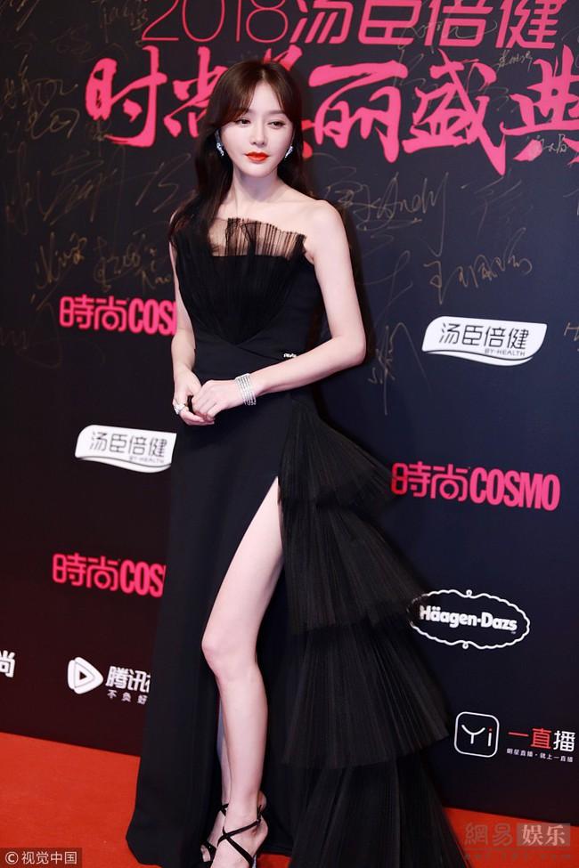 """Khi xưa toàn khâu trang phục cho bớt sexy, giờ Tần Lam chẳng ngại """"xé váy"""" khoe chân nuột nà - Ảnh 5."""