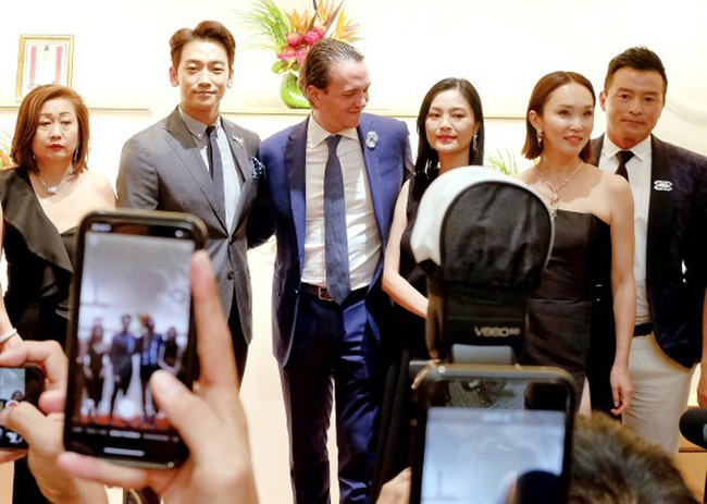 Tâm lý như Kim Tae Hee: Vừa về từ Việt Nam đã bay vội sang Singapore gặp chồng Bi Rain giữa lùm xùm đòi nợ - Ảnh 4.