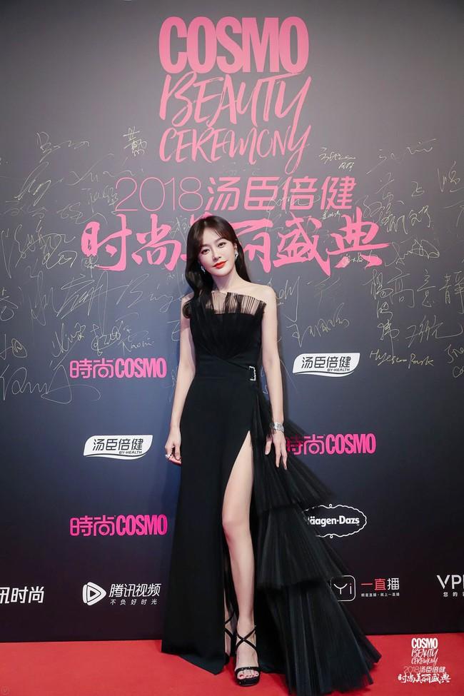 """Khi xưa toàn khâu trang phục cho bớt sexy, giờ Tần Lam chẳng ngại """"xé váy"""" khoe chân nuột nà - Ảnh 6."""