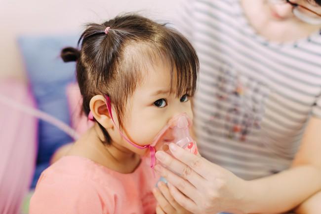 Bác sĩ nói gì về việc bật quạt cả đêm khiến bé bị viêm phổi? - Ảnh 2.