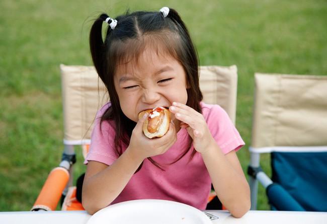 Những thói quen tưởng vô hại nhưng nếu không điều chỉnh sớm sẽ khiến răng trẻ xô lệch, khấp khểnh - Ảnh 5.