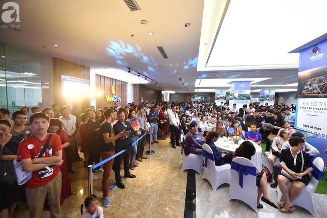 Hà Nội: Hàng ngàn dân công sở cùng các cặp vợ chồng trẻ ùn ùn đổ về xem căn hộ mẫu của VinCity  - Ảnh 7.