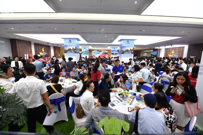 Hà Nội: Hàng ngàn dân công sở cùng các cặp vợ chồng trẻ ùn ùn đổ về xem căn hộ mẫu của VinCity  - Ảnh 12.
