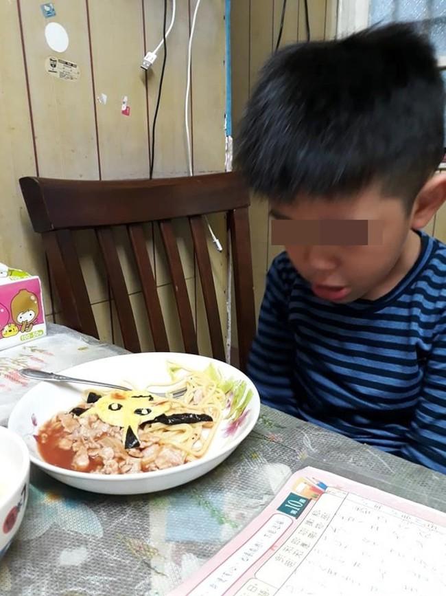 Nhìn thấy bữa sáng mẹ nấu thì bật khóc, cậu bé khiến mọi người xuýt xoa, khen lớn lên nhất định sẽ trở thành người đàn ông ấm áp nhất - Ảnh 2.