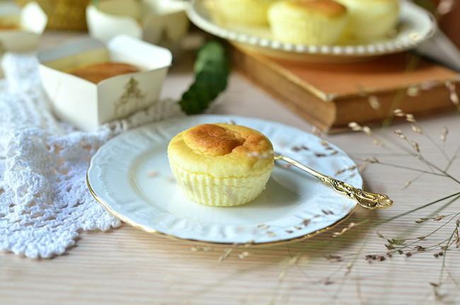 Cần gì phải mua, mẹ nào cũng có thể tự làm cupcake phô mai siêu mềm mịn cho bé - Ảnh 1.