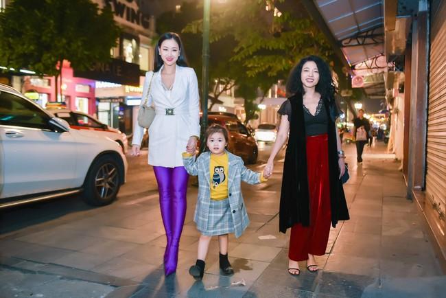 Hồng Quế tái xuất sau khi sửa mũi, May A lái xe tiền tỉ đưa con gái đi thử đồ trước show diễn thời trang - Ảnh 1.