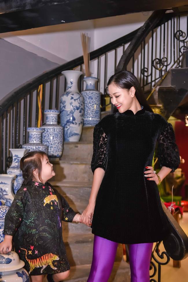 Hồng Quế tái xuất sau khi sửa mũi, May A lái xe tiền tỉ đưa con gái đi thử đồ trước show diễn thời trang - Ảnh 4.