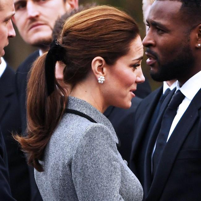 Không hổ danh biểu tượng thời trang, Công nương Kate biến món đồ nhỏ xinh này thành hot trend mùa lạnh  - Ảnh 1.