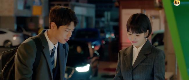 Chỉ vì hành động này của Song Hye Kyo mà Park Bo Gum tủm tỉm cười mãi dù cô đã đi xa - Ảnh 3.