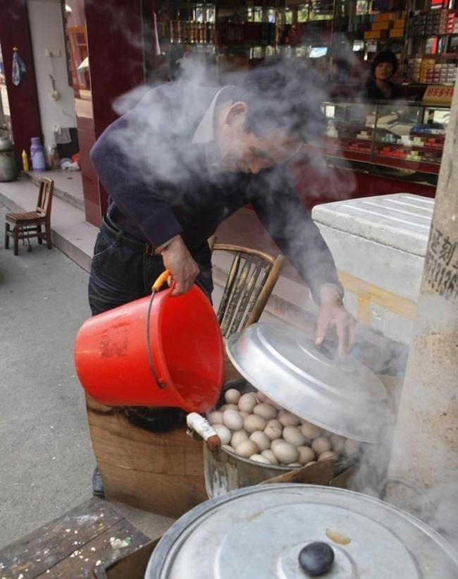 Thật khó tin: Món trứng luộc nước tiểu nghe hơi đáng sợ này lại là di sản văn hóa phi vật thể của Trung Quốc - Ảnh 4.