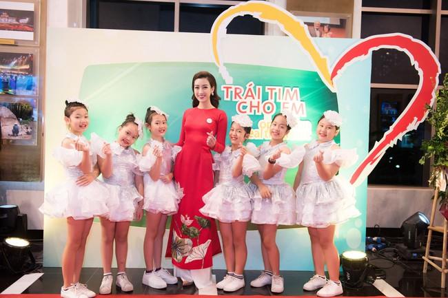 Hoa hậu Đỗ Mỹ Linh ngày càng mảnh mai khó tin, diện áo dài đỏ rực khi làm đại sứ - Ảnh 6.