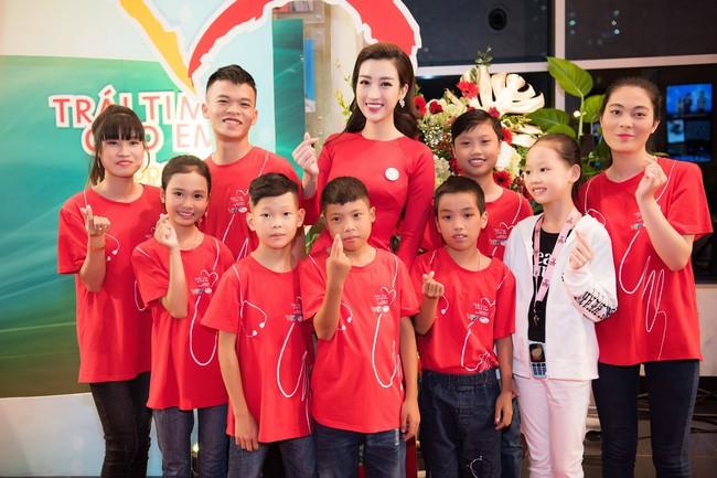 Hoa hậu Đỗ Mỹ Linh ngày càng mảnh mai khó tin, diện áo dài đỏ rực khi làm đại sứ - Ảnh 7.