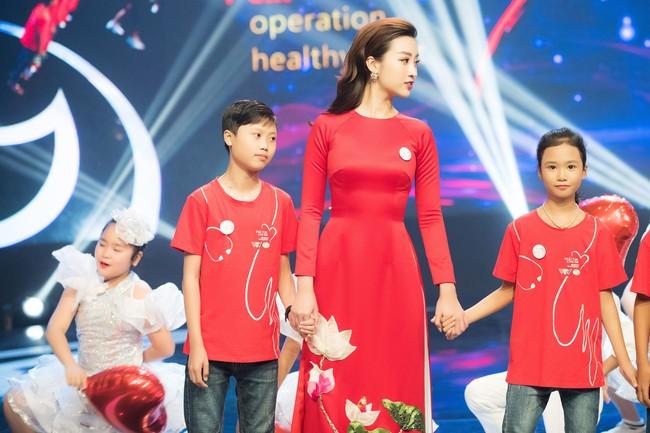 Hoa hậu Đỗ Mỹ Linh ngày càng mảnh mai khó tin, diện áo dài đỏ rực khi làm đại sứ - Ảnh 8.