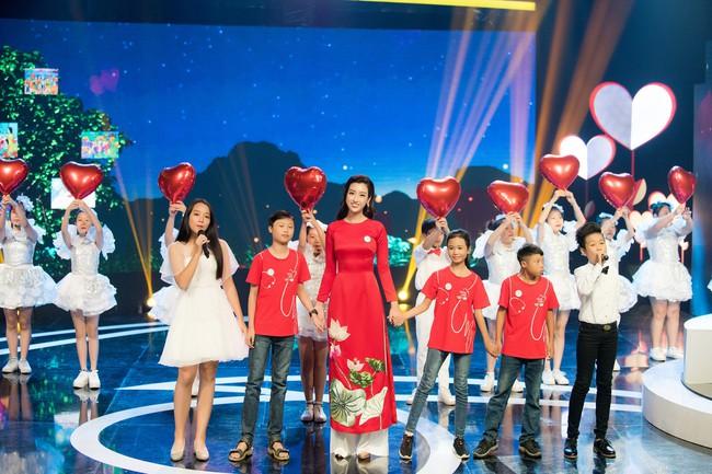 Hoa hậu Đỗ Mỹ Linh ngày càng mảnh mai khó tin, diện áo dài đỏ rực khi làm đại sứ - Ảnh 9.