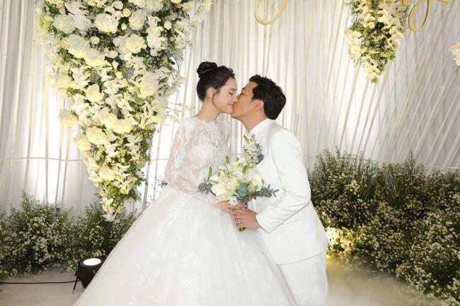 Sau đám cưới, Trường Giang - Nhã Phương ngày càng tình cảm, diện đồ đôi cực cute cùng về quê Quảng Nam - Ảnh 4.