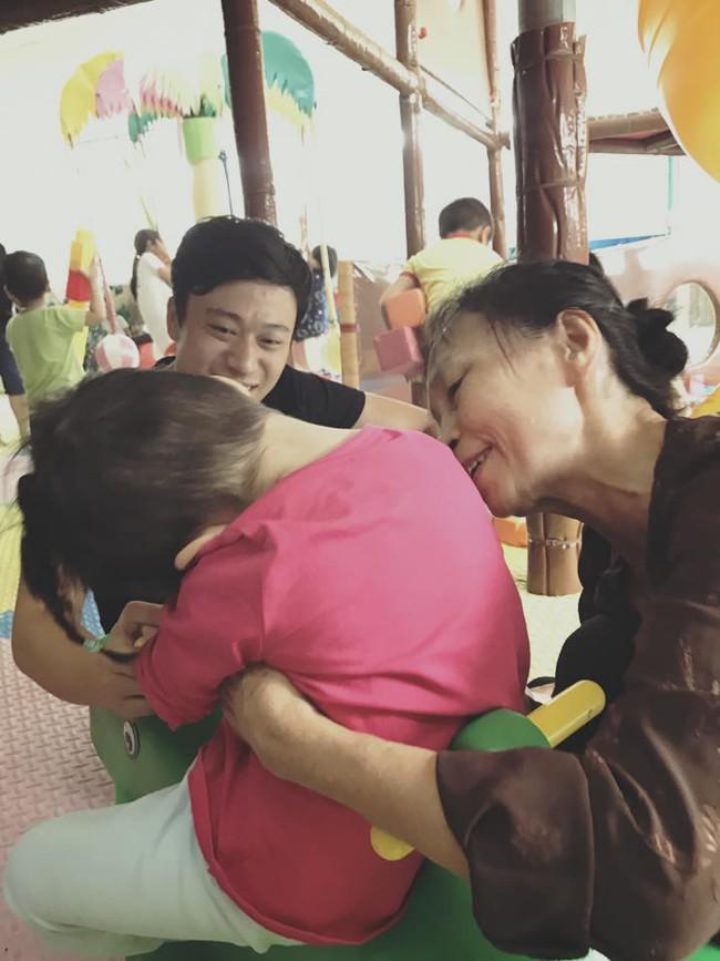 Hình ảnh mới nhất của em bé Lào Cai sau 2 năm về với mẹ nuôi: Cao lớn bụ bẫm, nói cười nhiều hơn 4