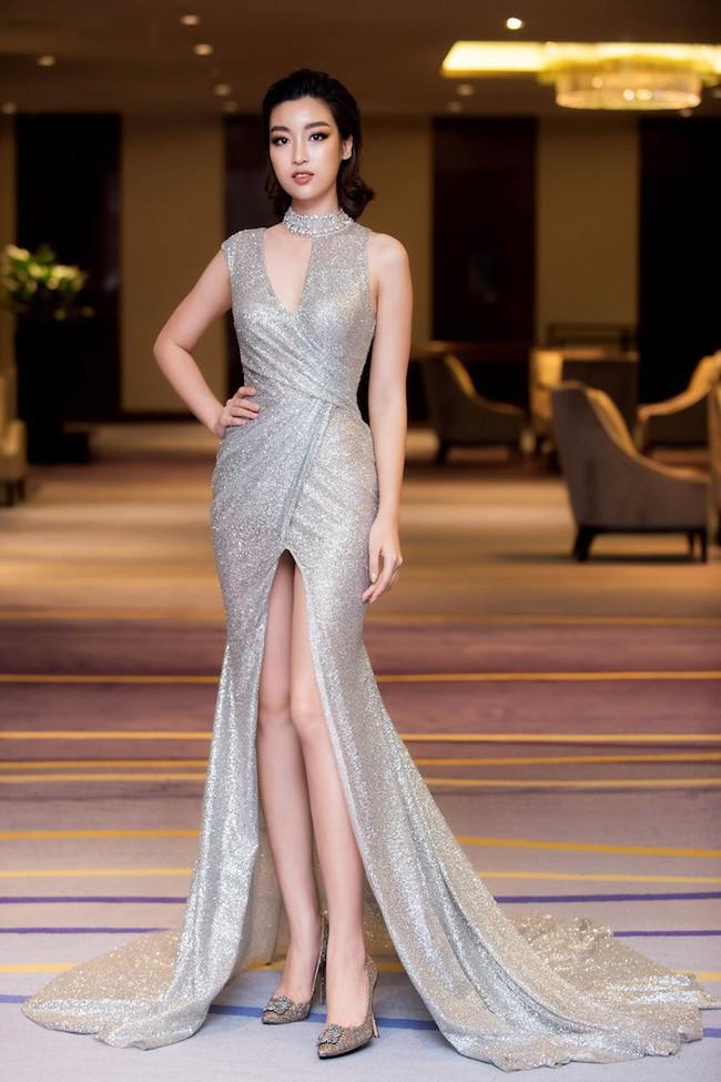 Hoa hậu Đỗ Mỹ Linh diện váy xẻ sâu táo bạo tại sự kiện - Ảnh 1.
