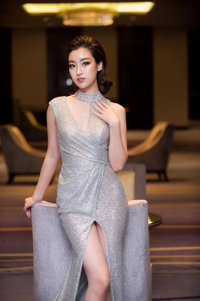 Hoa hậu Đỗ Mỹ Linh diện váy xẻ sâu táo bạo tại sự kiện - Ảnh 3.