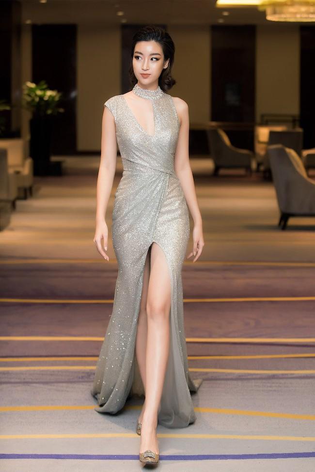 Hoa hậu Đỗ Mỹ Linh diện váy xẻ sâu táo bạo tại sự kiện - Ảnh 2.