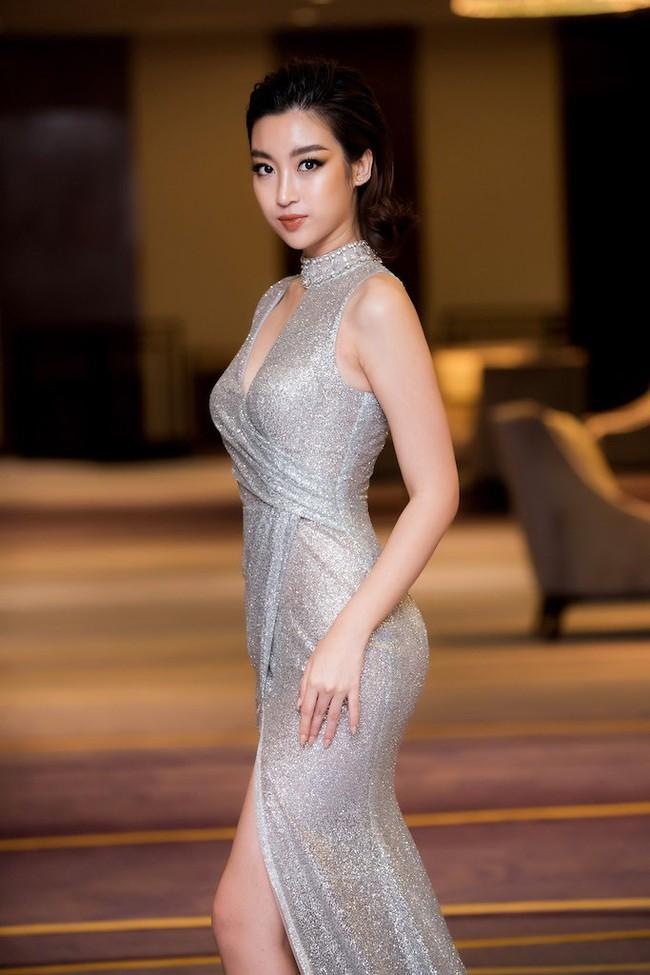 Hoa hậu Đỗ Mỹ Linh diện váy xẻ sâu táo bạo tại sự kiện - Ảnh 6.