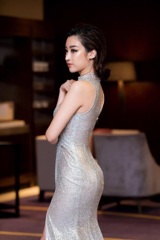 Hoa hậu Đỗ Mỹ Linh diện váy xẻ sâu táo bạo tại sự kiện - Ảnh 5.
