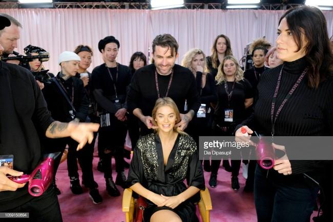 Hậu trường VS show 2018 khác biệt hoàn toàn mọi năm, áo choàng hồng của các chân dài thay bằng áo đen đầy bí ẩn - Ảnh 10.