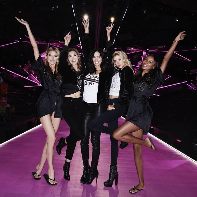 Hậu trường VS show 2018 khác biệt hoàn toàn mọi năm, áo choàng hồng của các chân dài thay bằng áo đen đầy bí ẩn - Ảnh 1.