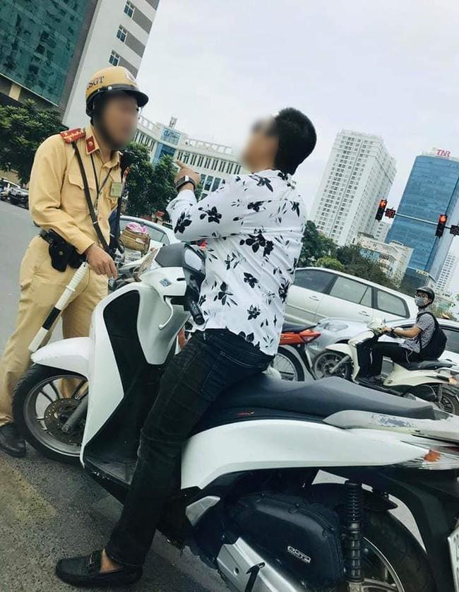 Hà Nội: Người đàn ông chỉ tay về phía CSGT bị phạt 2 lỗi vi phạm - Ảnh 2.
