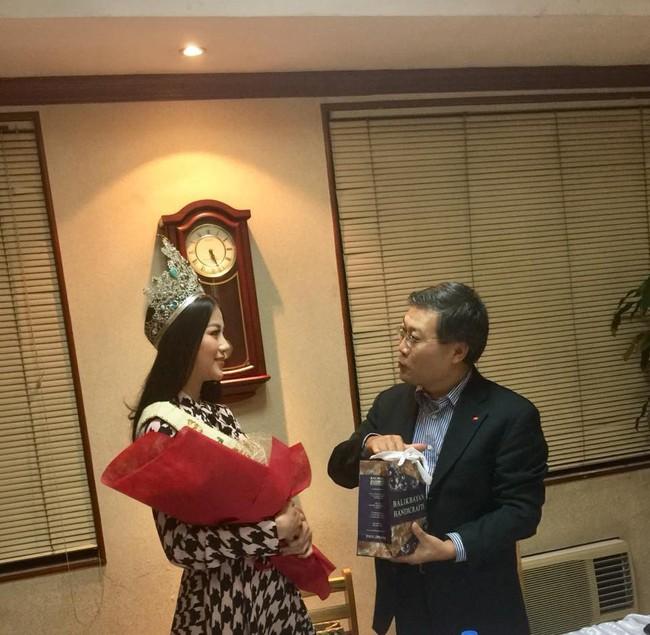 Hoa hậu Trái đất Nguyễn Phương Khánh chia sẻ niềm vinh dự khi đến thăm Đại sứ quán Việt Nam tại Philippines - Ảnh 3.