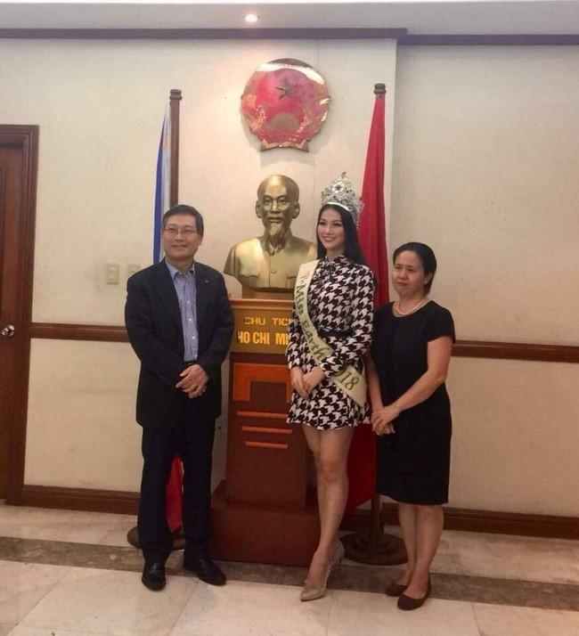 Hoa hậu Trái đất Nguyễn Phương Khánh chia sẻ niềm vinh dự khi đến thăm Đại sứ quán Việt Nam tại Philippines - Ảnh 1.