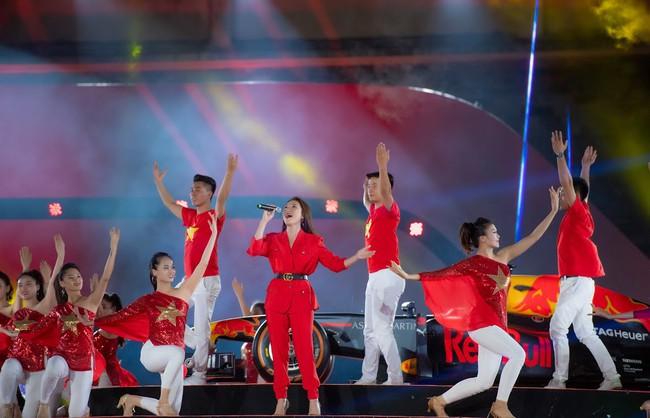 Sau ồn ào sai vị trí trên poster, Hương Tràm và Đông Nhi hội ngộ trên sân khấu cùng đàn chị Mỹ Tâm  - Ảnh 4.