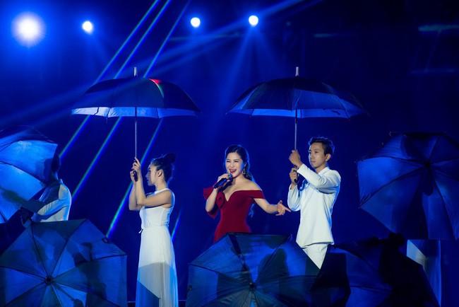 Sau ồn ào sai vị trí trên poster, Hương Tràm và Đông Nhi hội ngộ trên sân khấu cùng đàn chị Mỹ Tâm  - Ảnh 5.