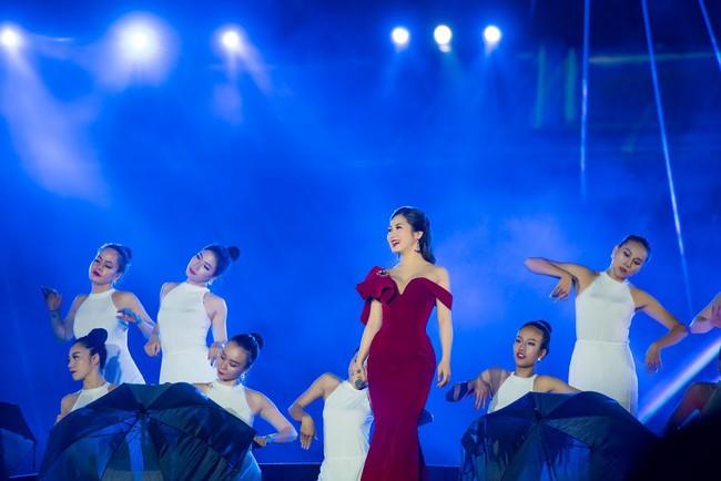 Sau ồn ào sai vị trí trên poster, Hương Tràm và Đông Nhi hội ngộ trên sân khấu cùng đàn chị Mỹ Tâm  - Ảnh 6.