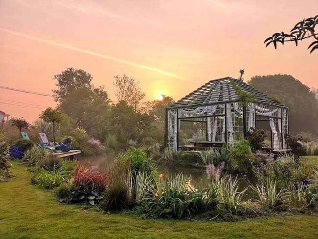 Khu vườn rộng 3000m² đẹp như cổ tích của vợ chồng 40 tuổi quyết định nghỉ hưu sớm về quê tận hưởng cuộc sống - Ảnh 2.