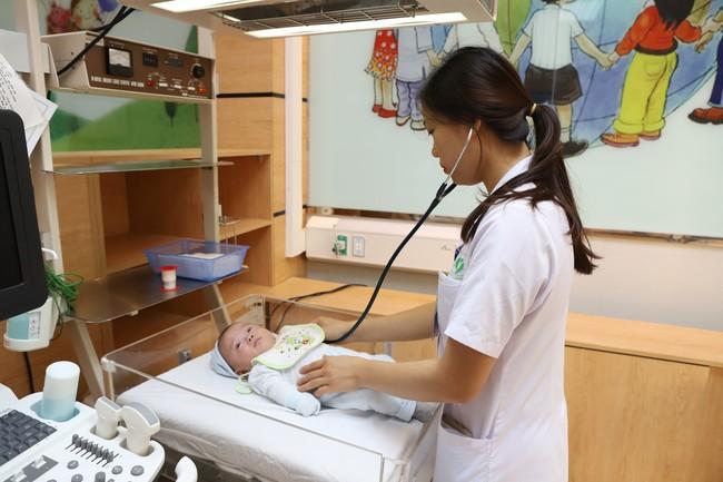 Bác sĩ mách bạn cách chăm sóc trẻ sơ sinh tháng đầu đời - Ảnh 1.