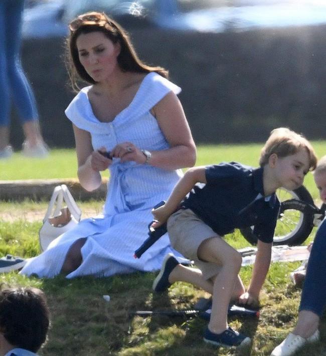 Những khoảnh khắc kém duyên, thiếu tinh tế bị ném đá của thành viên Hoàng gia Anh cho thấy làm Hoàng tử, Công chúa còn khổ hơn cả thường dân - Ảnh 6.